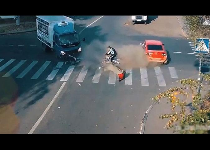 Аварии на дорогах, зафиксированные видеорегистраторами. Часть 4