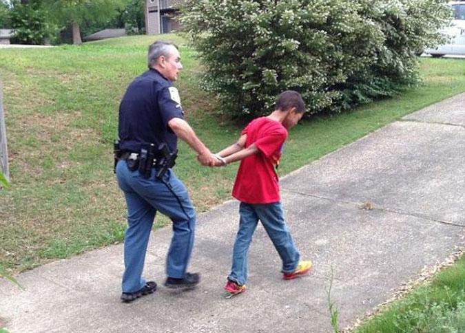 Мать проучила своего 10-летнего сына, вызвав полицейских